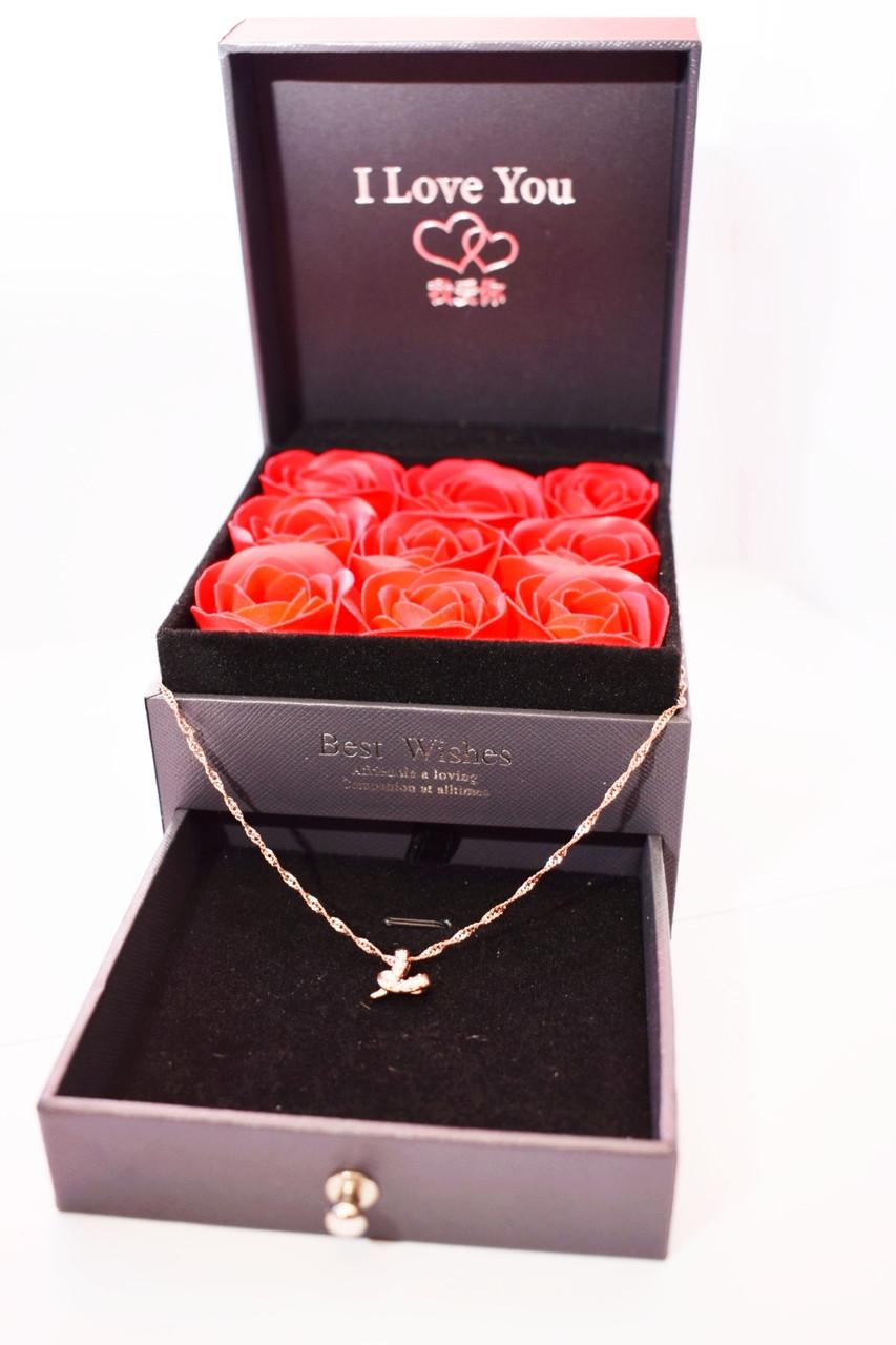 Подарочная коробка с розами из мыла и отделением под украшения + кулончик с цепочкой розы из мыла