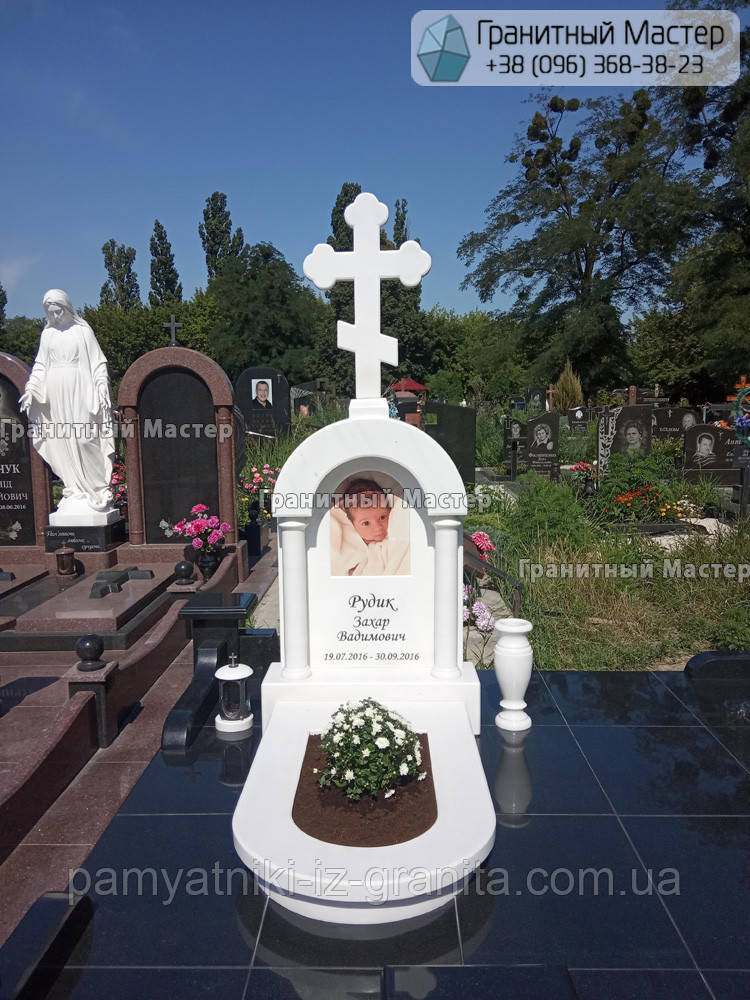 Памятник младенцу из мрамора в виде часовни