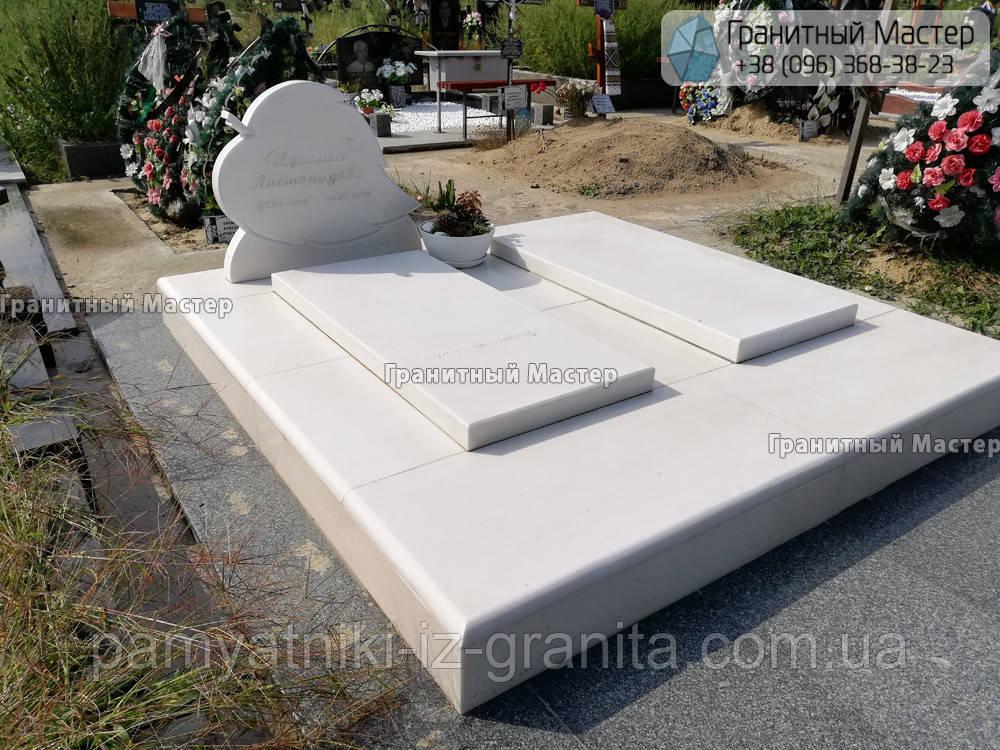 Детский мраморный памятник в виде листика
