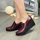 Туфли женские бордовые кожаные на невысокой танкетке, декорированы фурнитурой, фото 2