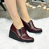 Туфли женские бордовые кожаные на невысокой танкетке, декорированы фурнитурой, фото 3