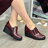 Туфли женские бордовые кожаные на невысокой танкетке, декорированы фурнитурой, фото 4