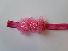 Детская повязка с жемчугом розовая - размер универсальный (на резинке), длина декора 8см