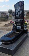 Памятник одинарный из черного гранита фигурный комплекс