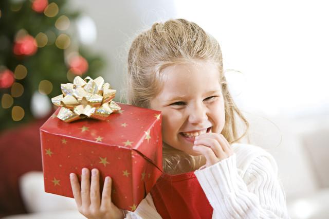 Девочка дарит подарок