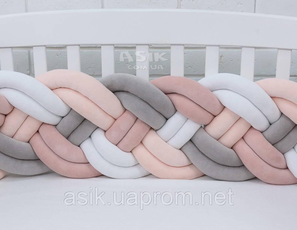 Бортик-косичка в 4 подвійні пасма, пудрового, кремового, сірого та білого кольору.