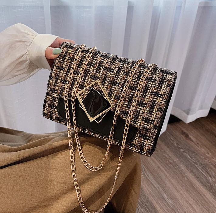 Элегантная сумка клатч на цепочке с декором