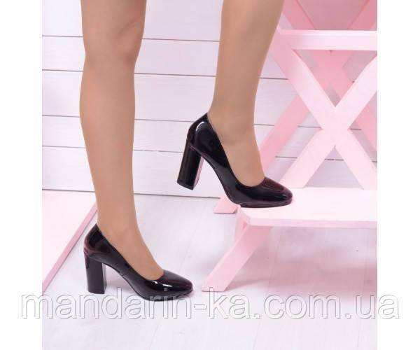 Лаковые туфли на широком каблуке.