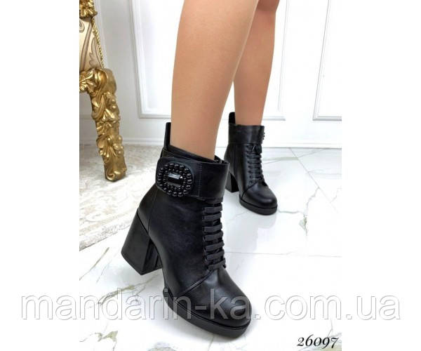 Ботинки  с брошкой.
