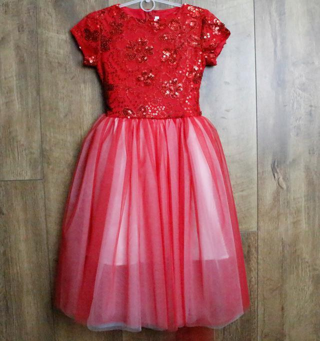 Нарядное платье с пайетками . 128  рост