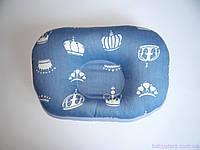 """Детская подушка для новорожденных """"Короны на синем"""""""