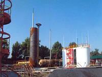 Конструктивные особенности вертикальныхцилиндрических резервуаров  Резервуары служат для хранения жидкости и газов (сжиженныегазы, химические жидкие вещества, нефтепродукты, вода, жидкоститехнологические и т.п.).   Вертикальные цилиндрические резервуарыимеют плоские днища, стенки и крышу.   Объем резервуаров от 100 до100000 м3.  Толщина листа днища, испытывающего только сжатие от давленияжид