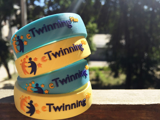 Производство браслетов на запястье, печать на силиконовых браслетах.