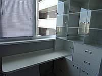 Писменный стол у окна с книжным шкафом
