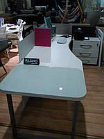 Офисный стол с перегородкой