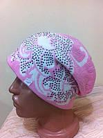 Молодежная трикотажная  вязанная  шапочка с рисунком и камушками  цвет-розовый