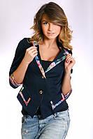 Женский жакет темно-синего цвета с V-образным вырезом и вставками из ткани с цветочным принтом