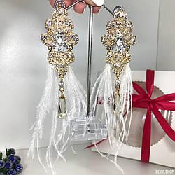 """Вечерние серьги - кисточки """"Eleonor"""" ручной работы бело-золотистого цвета с перьями."""