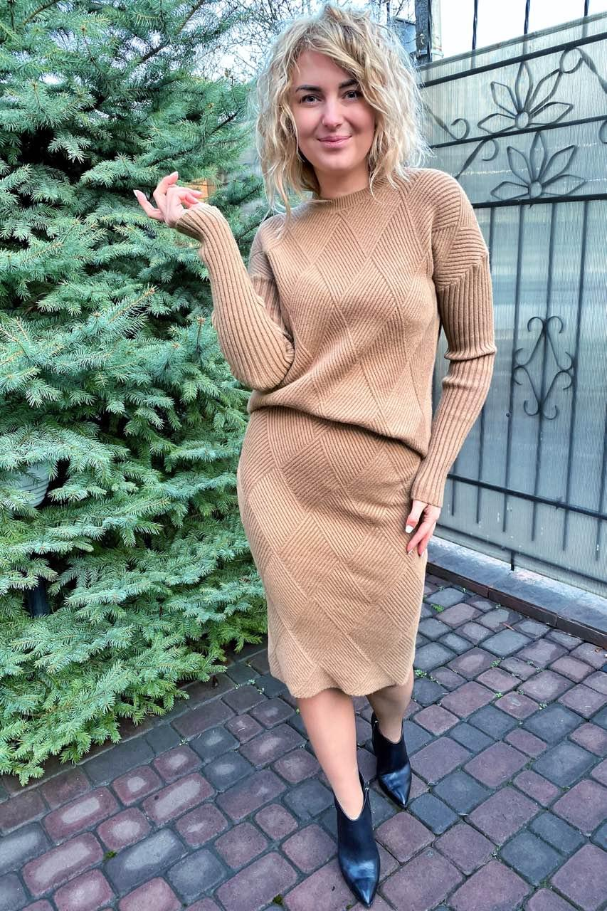Стильный костюм двойка джемпер и юбка с трендовым узором ромбы P-M - кофейный цвет, M/L (есть размеры)