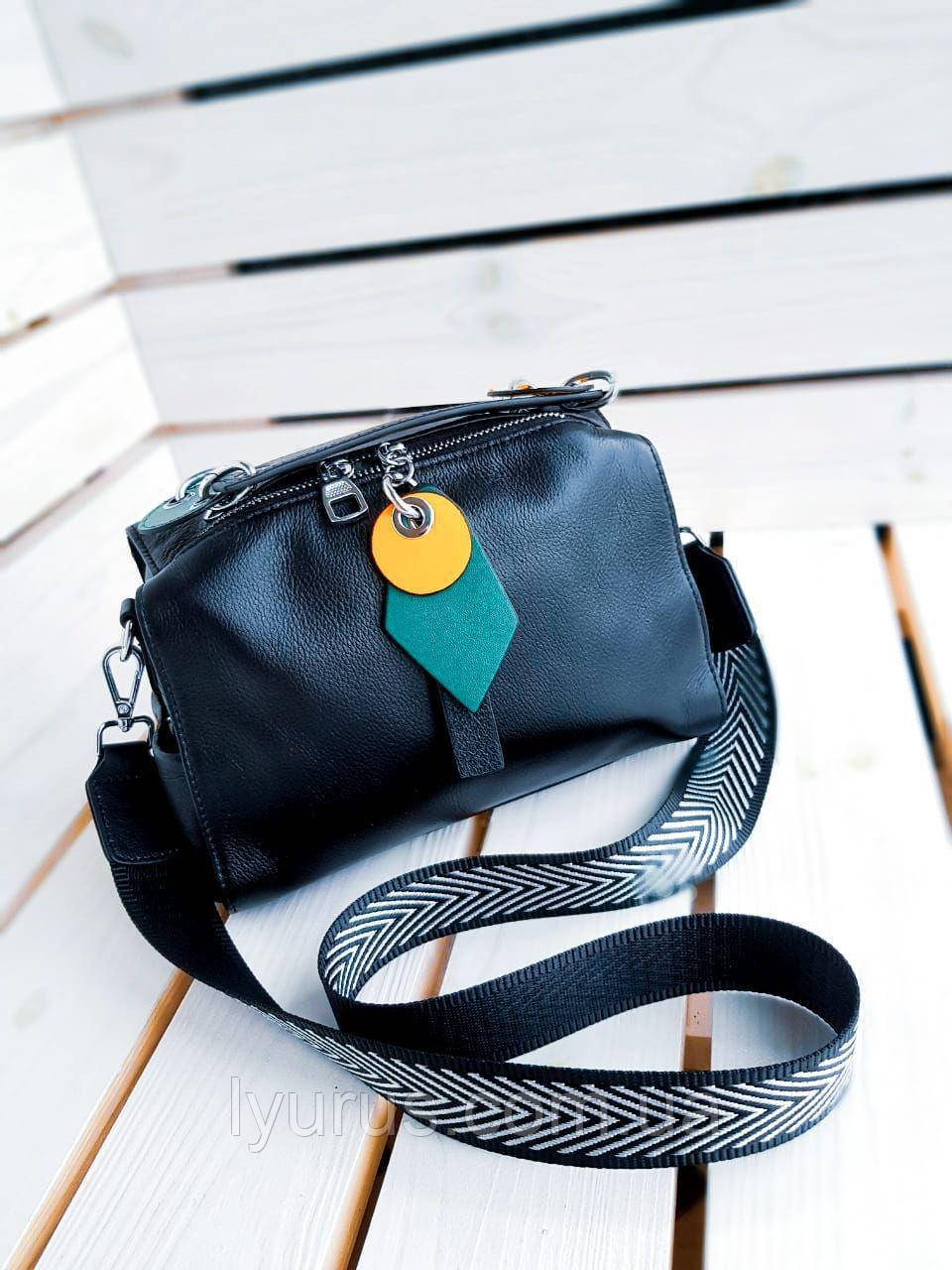 Кожаная женская сумка размером 16х25 см Черная (01071)