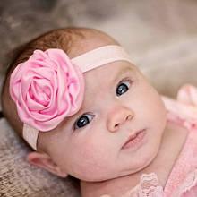 Повязка детская с розочкой светло-розовая -  цветок 8см, окружность 36-52см