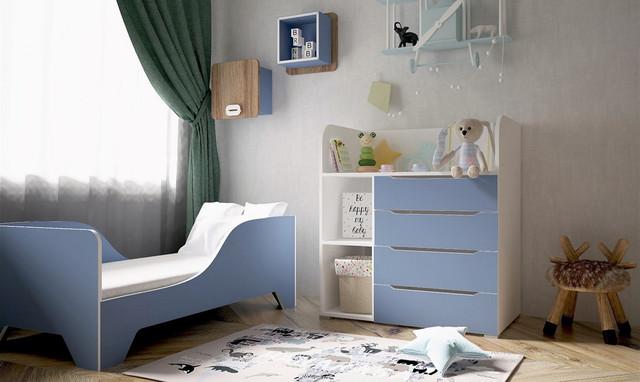 """На фото: детская кровать с бортиками """"Бе-бе"""" в интерьере"""