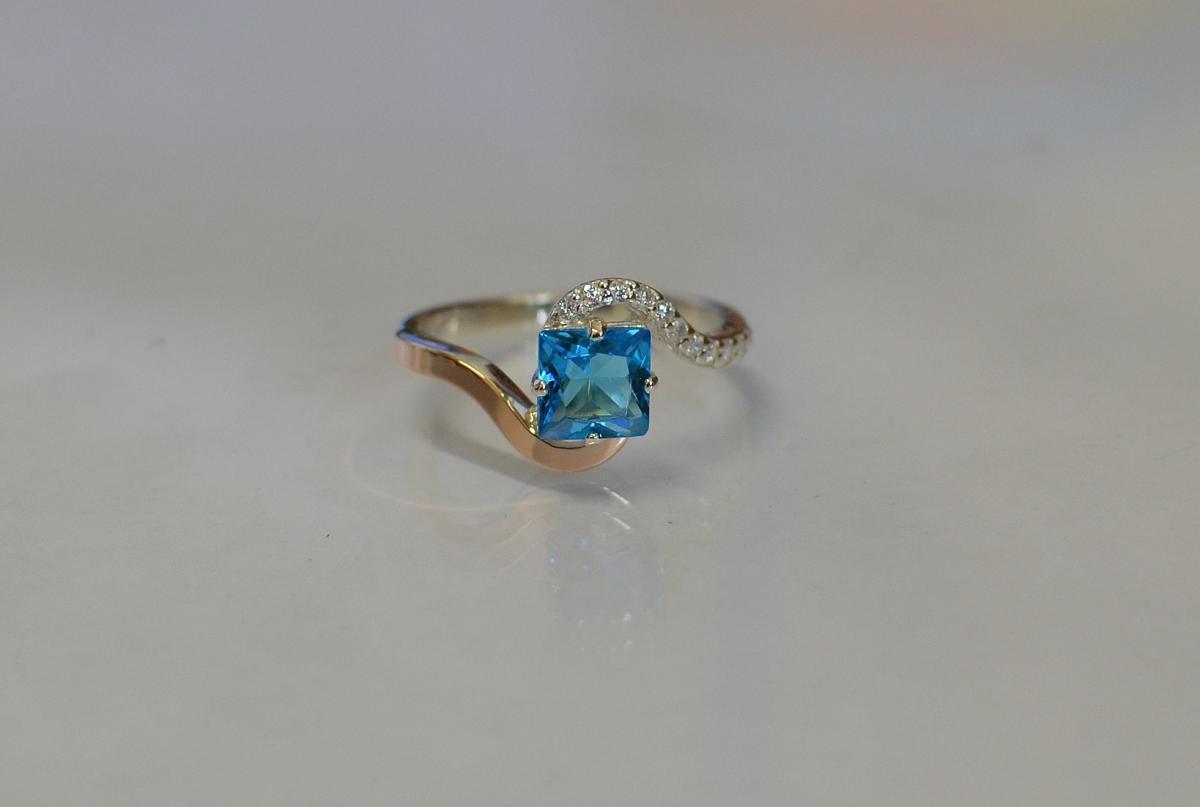 Серебряное кольцо с золотыми накладками 118к 15 Голубой