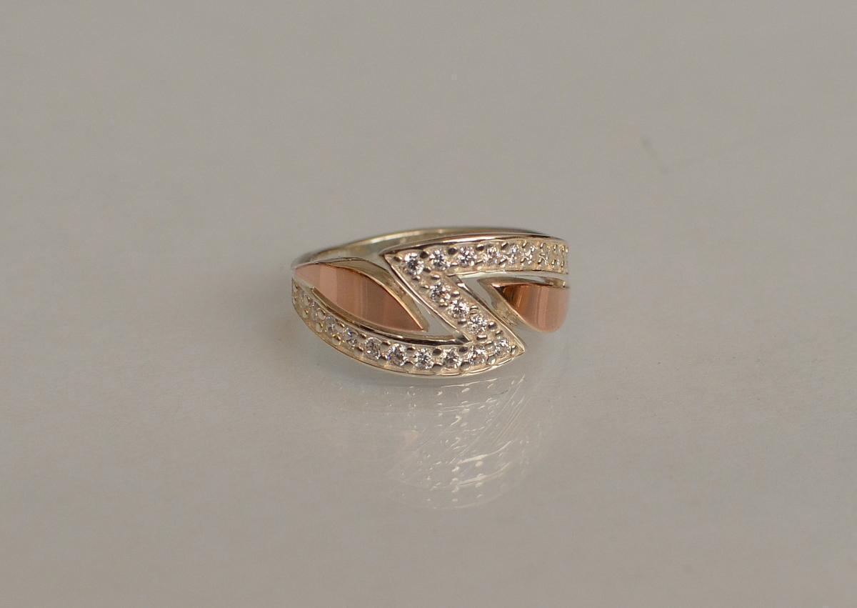 Серебряное кольцо с  накладками из золота 073к 15