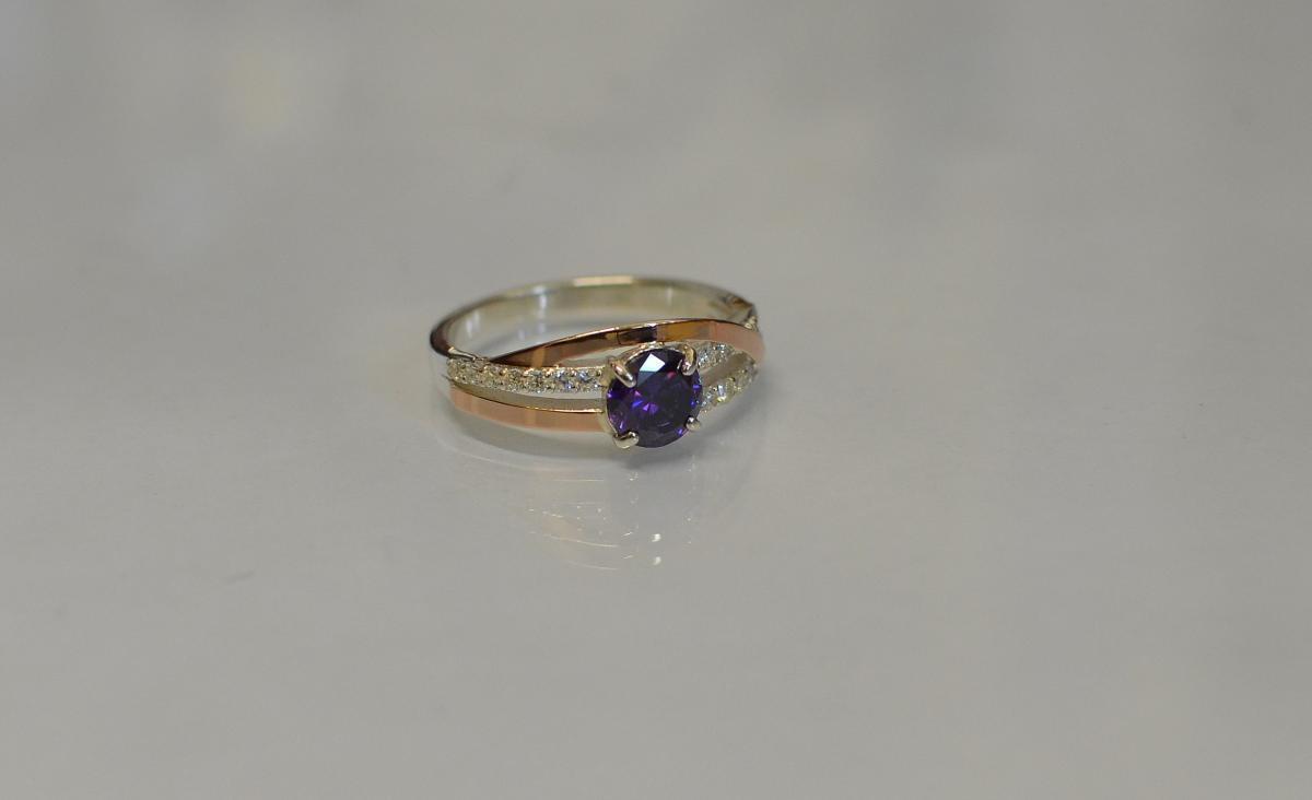 Серебряное кольцо с золотыми вставками 108к 15 Аметист