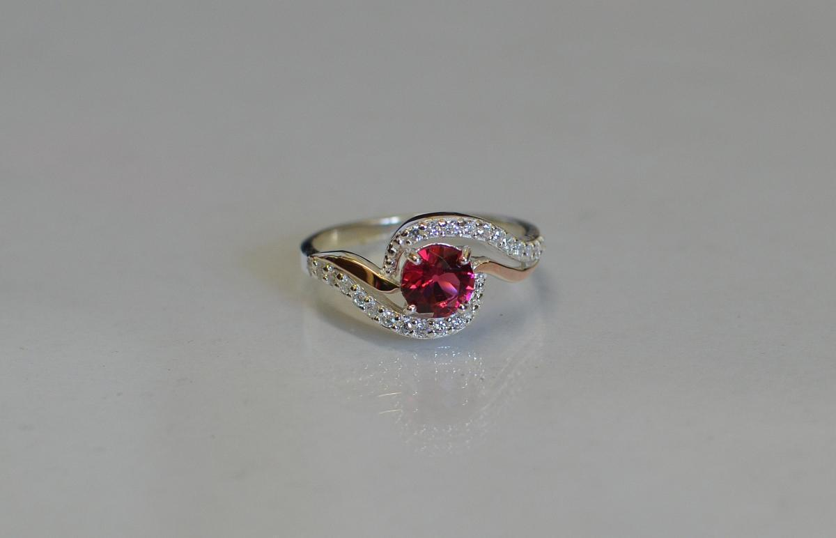 Серебряное кольцо с золотыми пластинами 072к 15 Рубин
