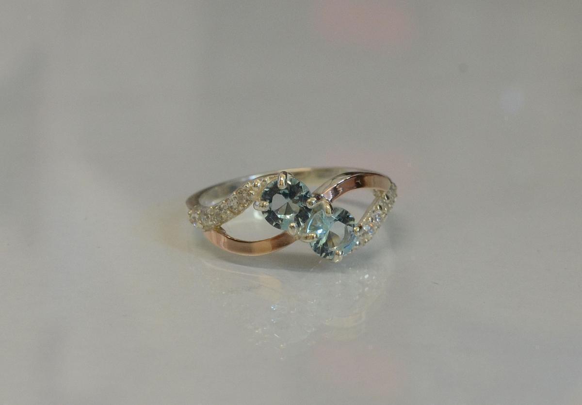 Кольцо серебряное 925 пробы и золота 375 пробы 076к 15 Светло-голубой