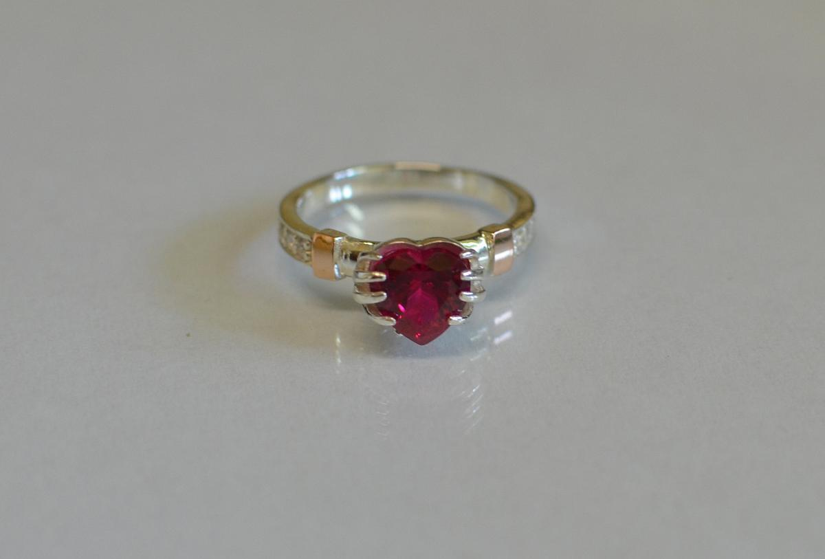 Кольцо Сердце в руках 102к 15 Рубин