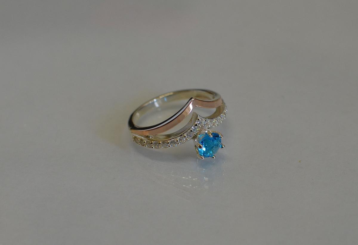 Серебряное кольцо с золотыми пластинами 063к 15 Голубой
