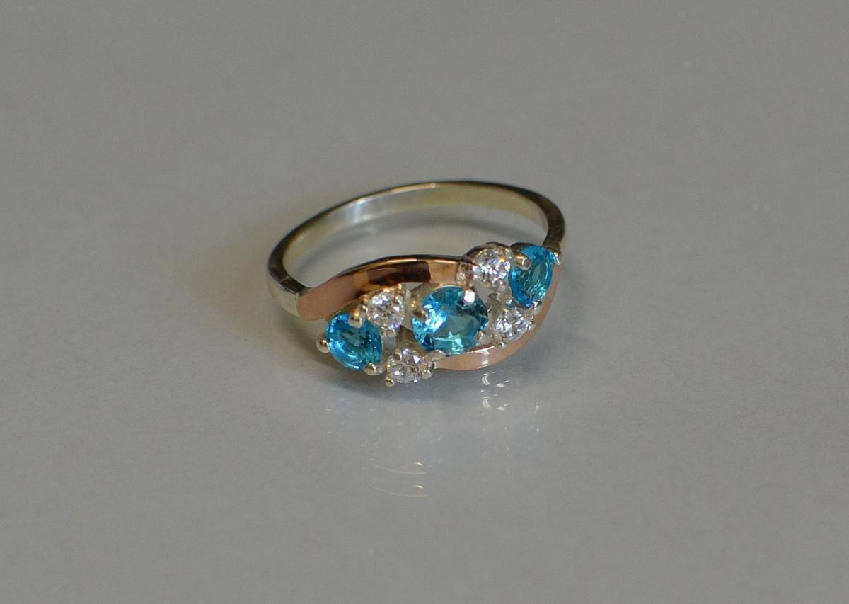 Кольцо серебряное с золотыми вставками 085к 15 Голубой