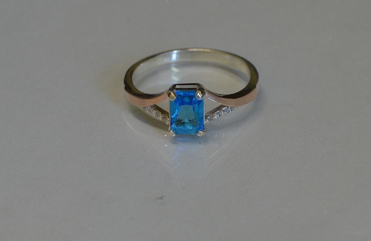 Серебряное кольцо с золотыми пластинами и фианитами 100к 15 Голубой