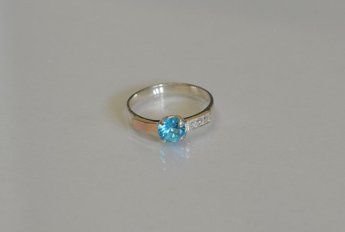 Серебряное кольцо с золотыми вставками 018к 15