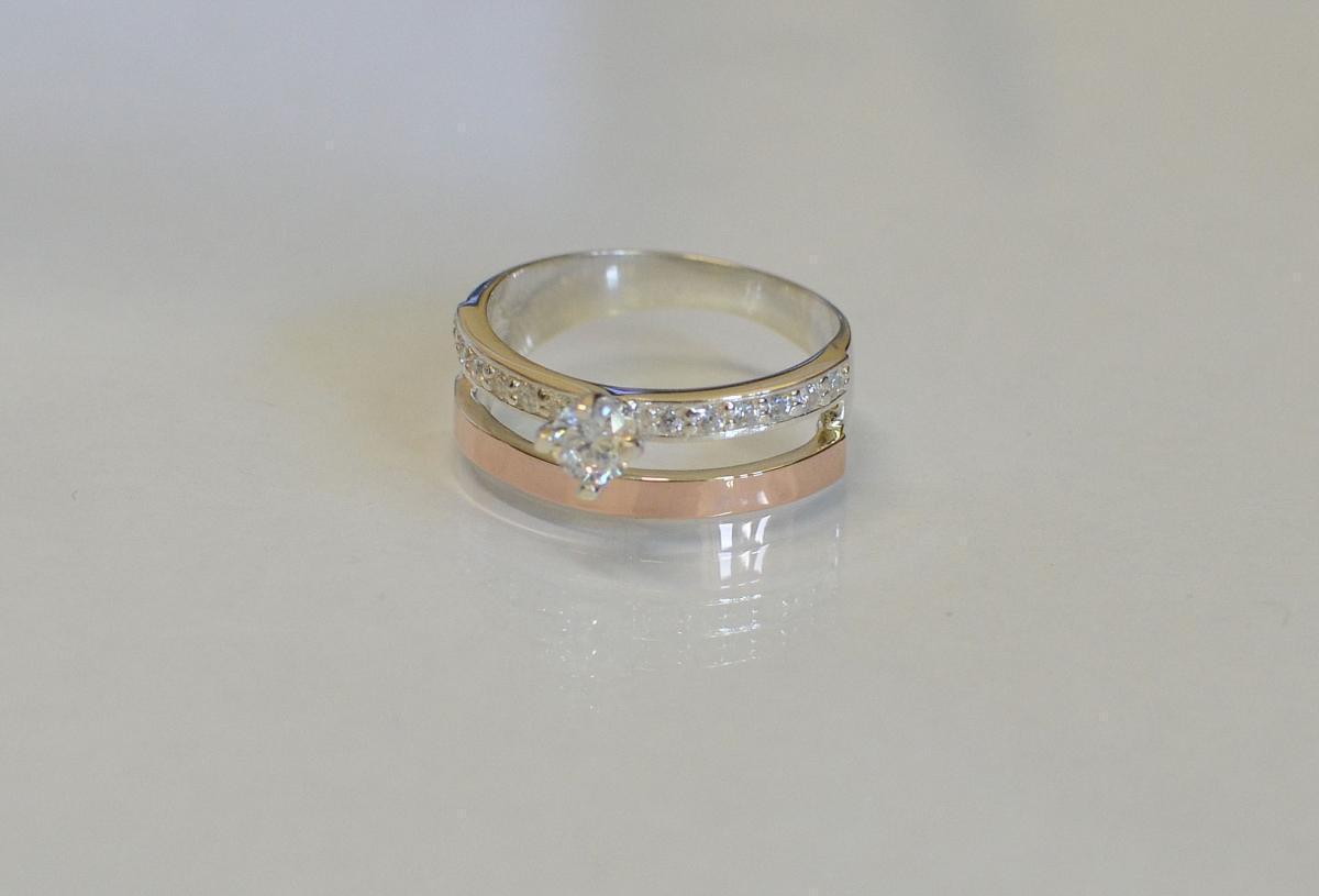 Серебряное кольцо с  накладками из золота 031к 15 Белый