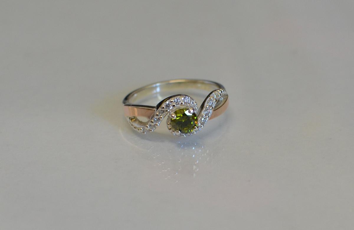 Серебряное кольцо с золотыми напайками 067к 15 Перидот