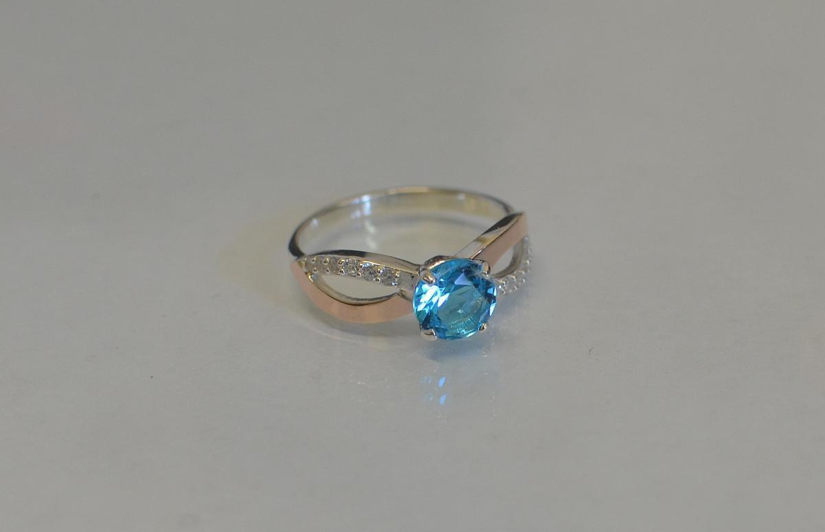 Серебряное кольцо с золотыми вставками 062к 15 Голубой