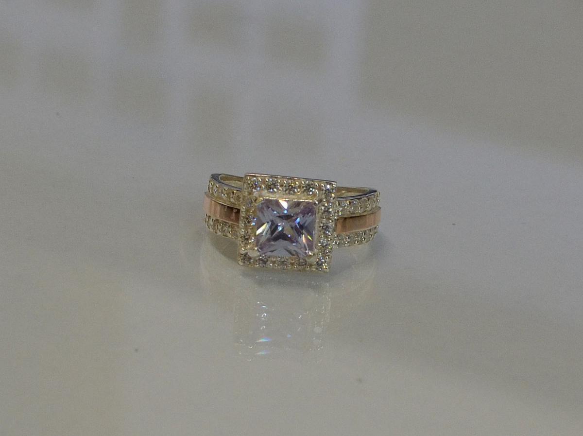 Серебряное кольцо с золотыми вставками 048к 15 Лаванда