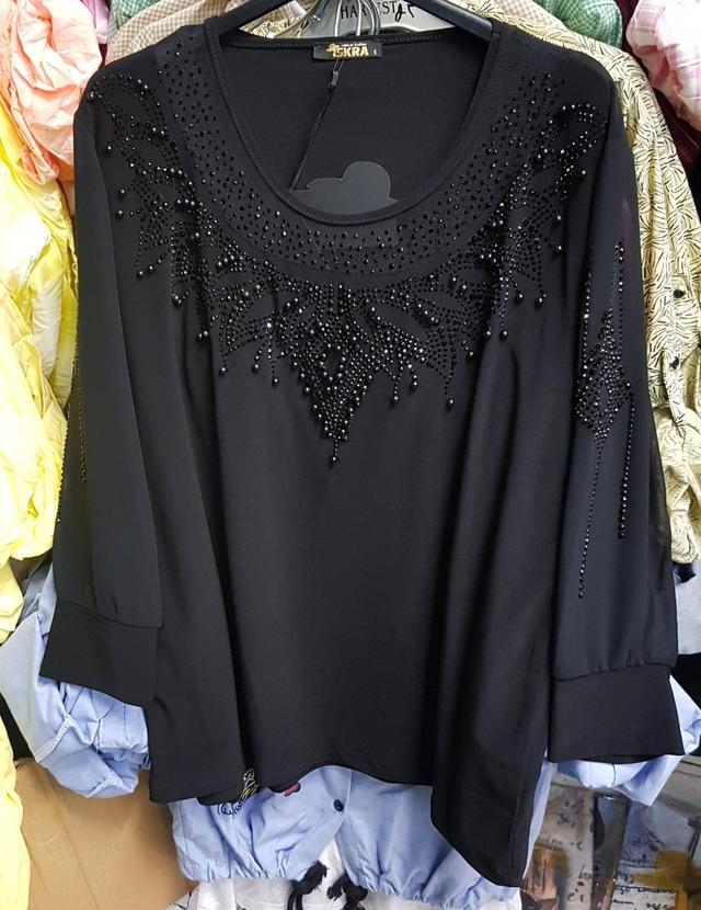 изображение женская черная блузка украшенная на груди жемчугом