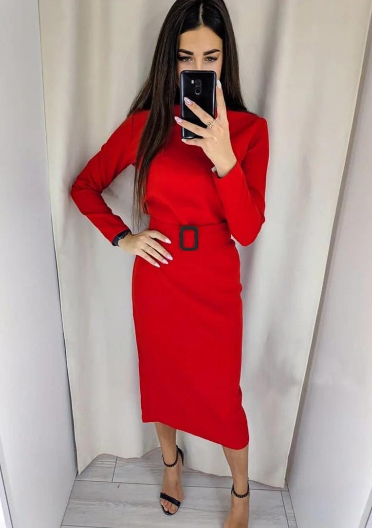 Прямое яркое платье-футляр ниже колен с поясом в тон красное