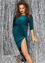 Вечернее платье по фигуре до колен с разрезом сбоку открытые плечи изумрудное, фото 2