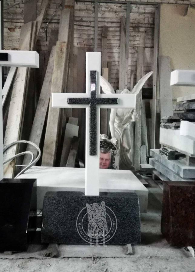 Мраморный крест из белого мрамора с баяном №15