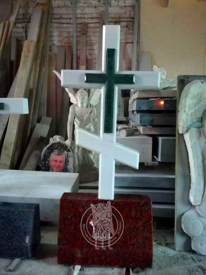 Православный крест из белого мрамора и зеленого крестика с баяном №16