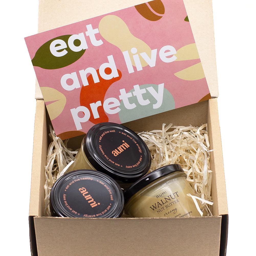 Коробка подарочная для упаковки набора ореховых паст, с древесной шерстью и серебряной лентой