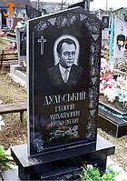 Памятник одинарный из черного гранита фигурный