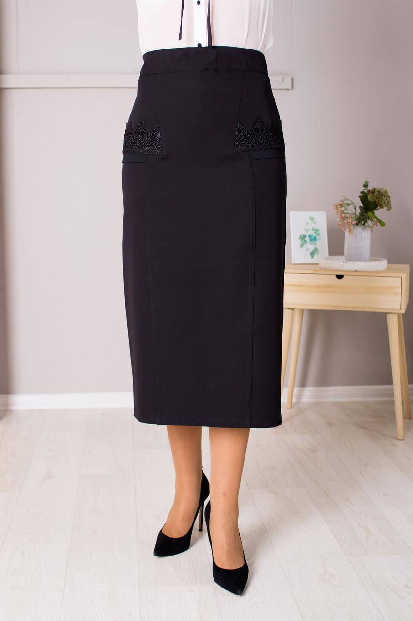 Классическая черная юбка украшена кружевом