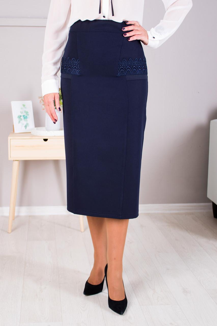 Прямая юбка украшена кружевом синяя