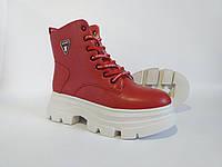 Женские демисезонные ботинки красного цвета на платформе.